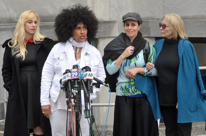 Lilly Bernard (tweede van links) is een van de andere vrouwen die Bill Cosby beschuldigt van verkrachting.