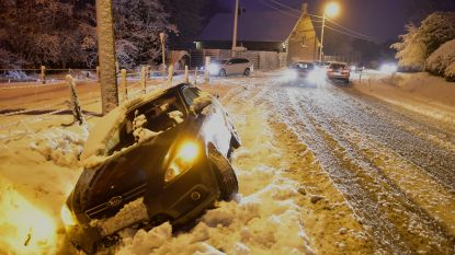 Auto in de gracht na uitwijkmanoeuvre voor vrachtwagen