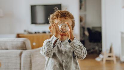 """Mogen kinderen non-alcoholisch bier drinken? """"Alcohol verbieden thuis werkt niet"""", zegt pedagoge"""