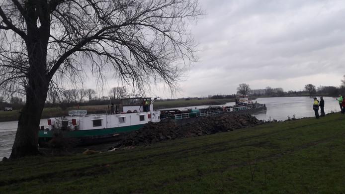 Een dag lang blokkeerde het vrachtschip IJsselstroom de IJssel. Donderdagmiddag kwam hij los en kon hij weg worden gesleept.