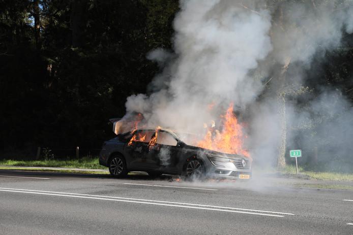 Nadat de auto in Eerde aan de kant van de weg werd gezet, stond de wagen binnen de kortste keren in lichterlaaie.