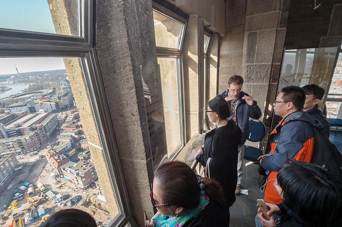 De Chinese delegatie bestudeert de bouwput op het Kerkplein vanaf de toren van de Eusebiuskerk.