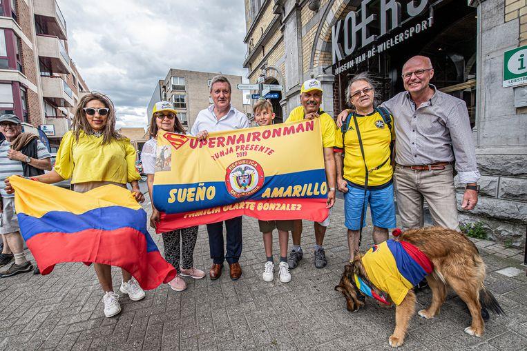 Enkele Colombianen wachtten samen met schepen José Debels en Bart Wenes (beiden CD&V) Tourwinnaar Egan Bernal op aan KOERS.
