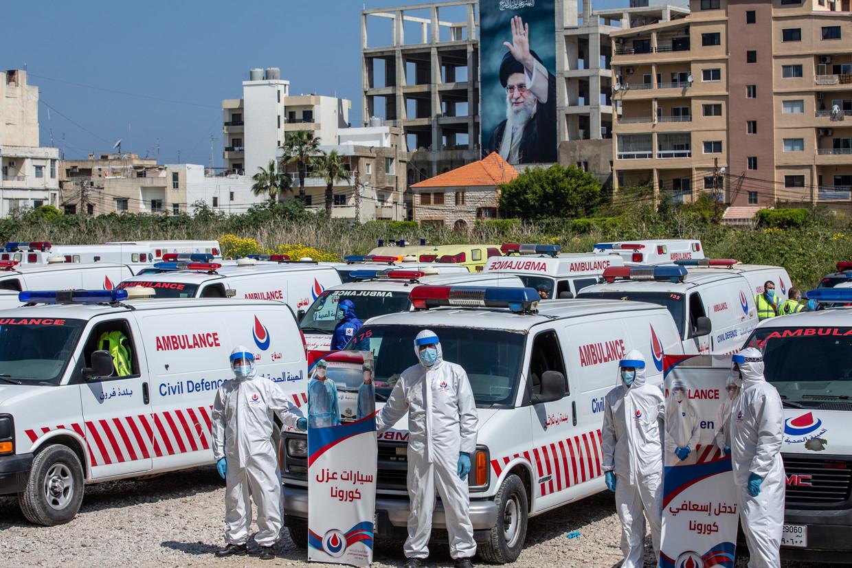 Hezbollah showt tijdens een persuitstapje in Tyrus, midden april, de ambulances die de militie zegt in te zetten voor de hulp aan covid-19-patiënten in Libanon.  Beeld Nabil Mounzer / EPA