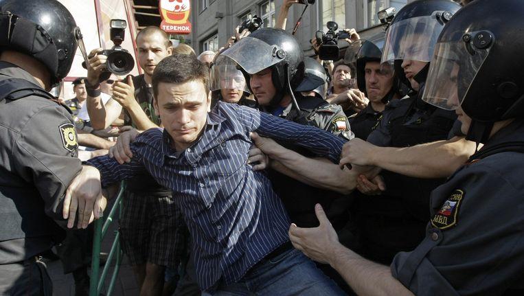 Ilja Jasjin te midden van Russische politie. Beeld ap