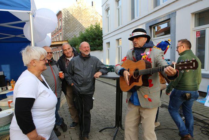 """Op de Kweikersdag was er ook een optreden van de rasechte Tinse Straatmuzikant Herman Vandermeulen met """"Ich & Eja"""""""