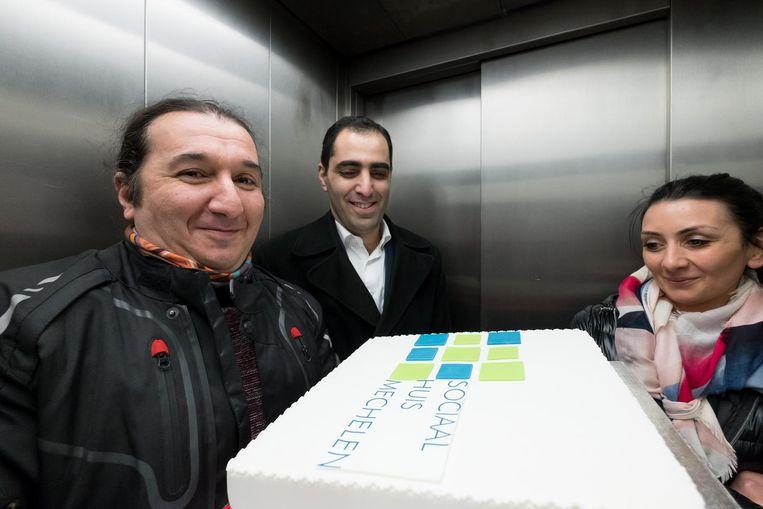 Hrayr Tsugunyan en enkele medewerkers bakten een taart met het logo van het Sociaal Huis op.