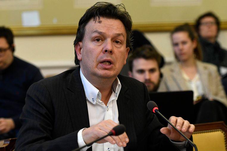 Stefaan Van Hecke mag de Groene Pluim uitreiken.