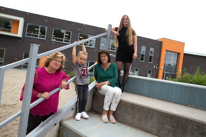 Juf Riny Scholten ( 2e van rechts ) neemt na 37 jaar afscheid van basisschool Gaanderwijs in Gaanderen, deze ochtend zijn drie generaties aan leerlingen uit één familie aanwezig.