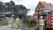 Haag vat vuur bij wegbranden van onkruid