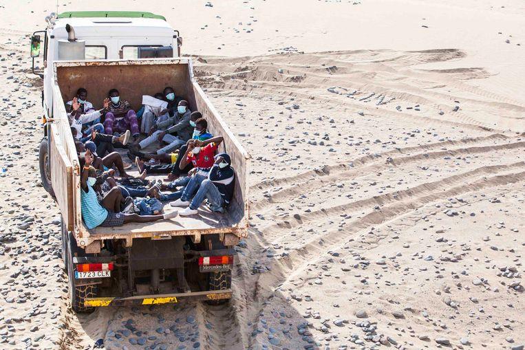 De gestrande vluchtelingen werden weggebracht in een vuilniswagen.
