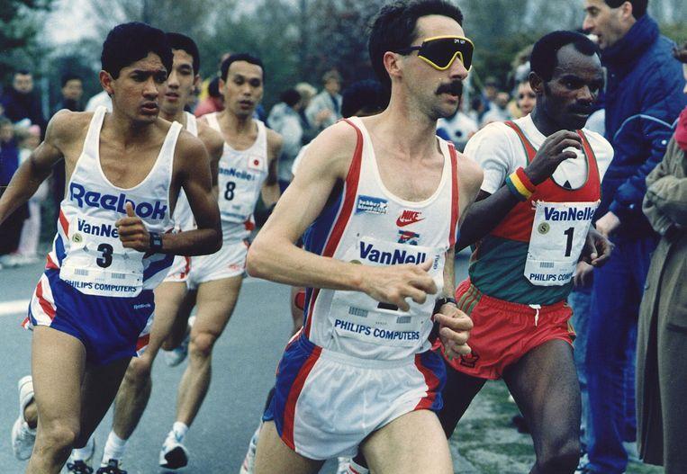 Marti ten Kate, met karakteristieke bril en dito snor, liep in 1989 de marathon van Rotterdam in 2.10.04, nog altijd de snelste tijd van een Nederlander in Rotterdam. Beeld ANP