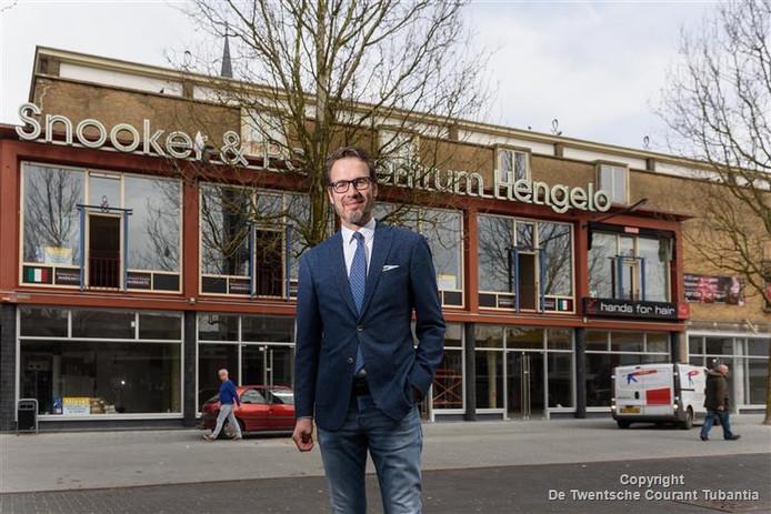 1d13dff636ae66 Medewerker Stephan Sanders van Van Uffelen Mode voor het opgeknapte  Bischoffpand aan de Markt. In