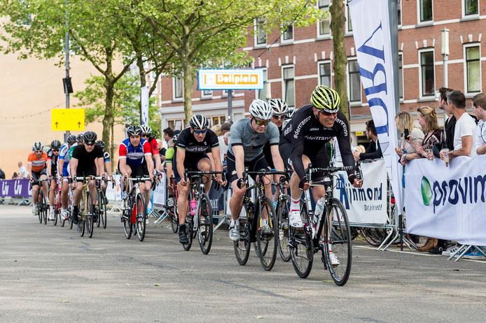 De jaarlijkse wielerronde van Katendrecht trekt ook dit jaar weer wielerprofs en -amateurs naar de Kaap in Rotterdam-Zuid.