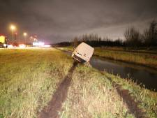 Pakketbezorger valt op A2 bij Vianen in slaap en rijdt sloot in