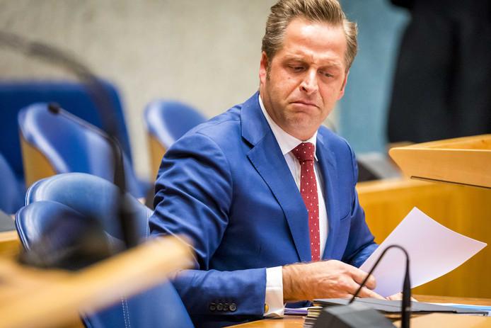 Minister De Jonge in de Tweede Kamer. Het kabinet weigert volgens de VNG om genoeg extra geld ter beschikking te stellen voor jeugdhulp.