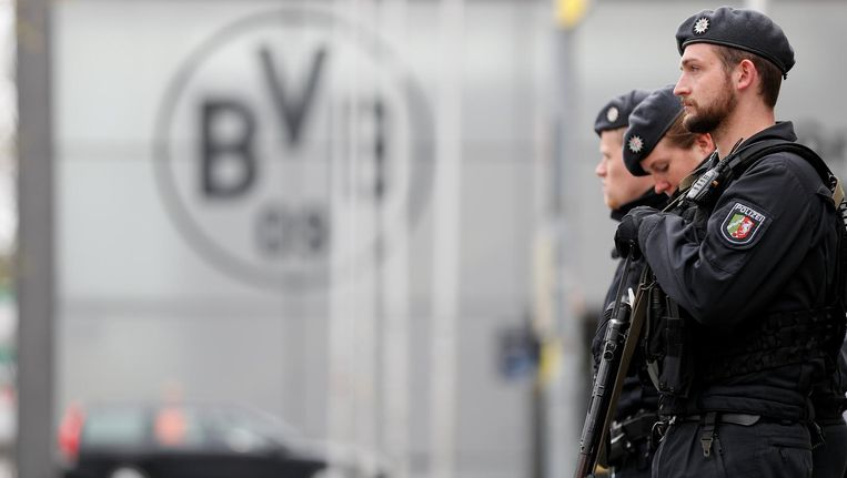 Zwaarbewapende agenten bij het stadion van Borussia Dortmund. Beeld epa