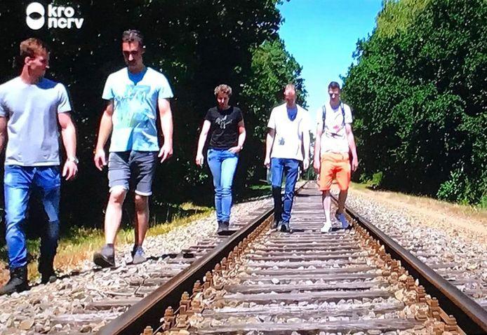 Steffi(midden) uit Boekel en haar dates wandelden op en langs het spoor.