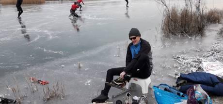 Het ijs in Wageningen kraakt en zingt: 'We houden elkaar wel in de gaten hoor'