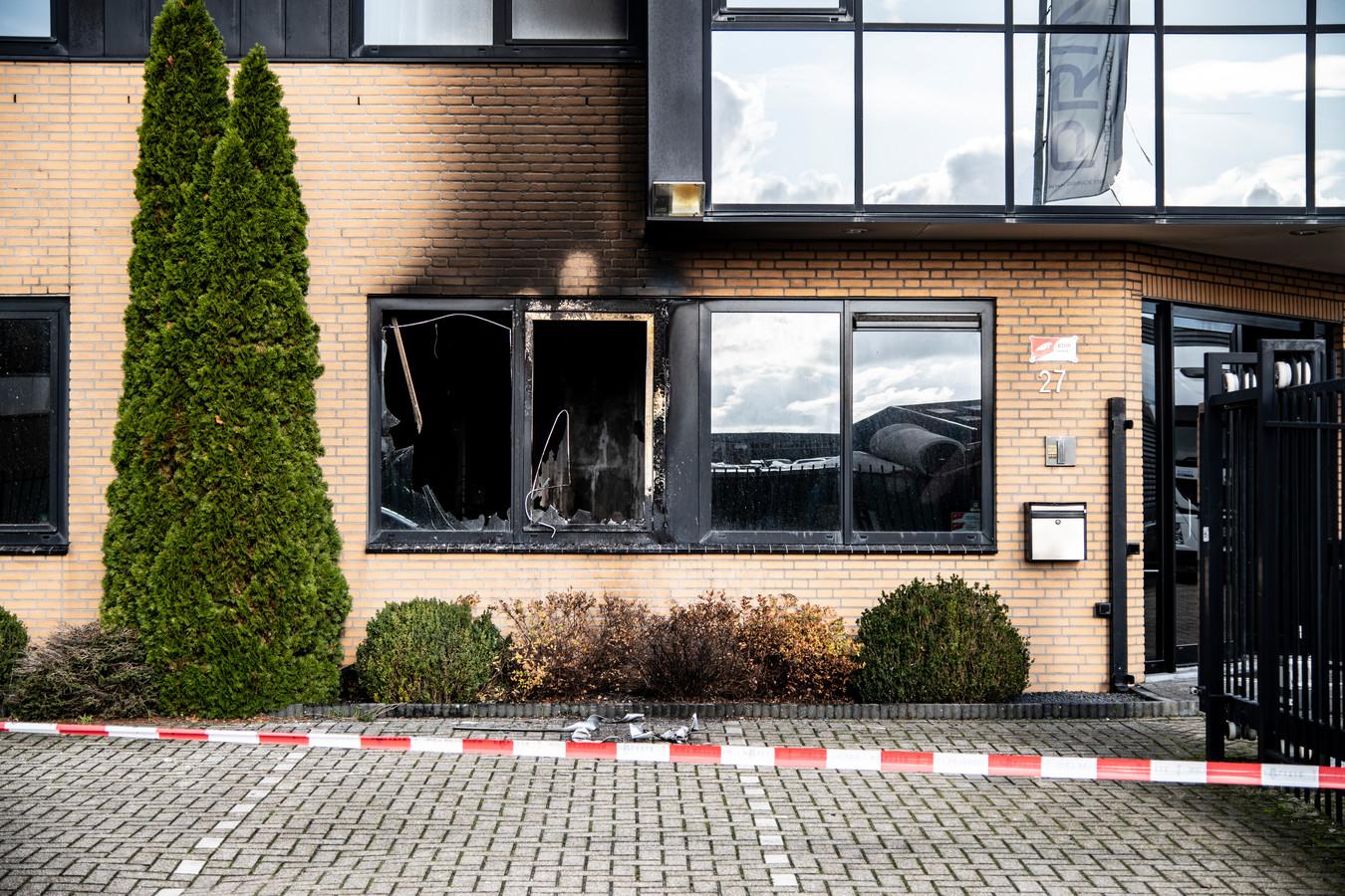 De schade van de brand in het bedrijfspand van Prince Trucks in Weurt.