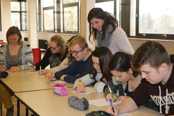 De leerlingen pennen hun gedichten neer tijdens de workshop Slampoetry.