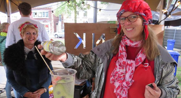 Dinie van den Brenk, van Limodina, schenkt een zelfgemaakte limonade.