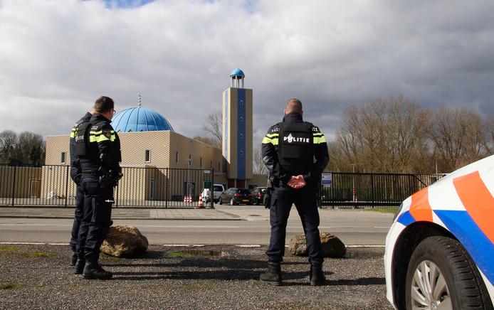 De El Fath moskee in Dordrecht wordt ook beveiligd door de politie.