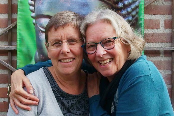 Francien van de Beek (r) en haar zus Wilma van de Beek.