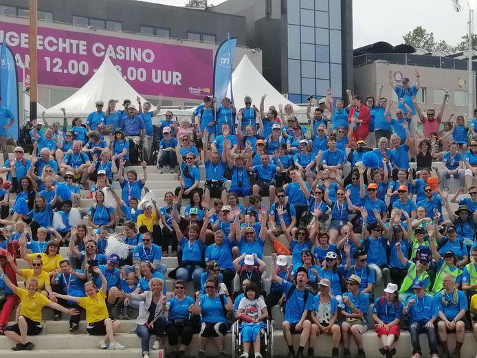 De deelnemers voor de start van Uniek Wandelen.