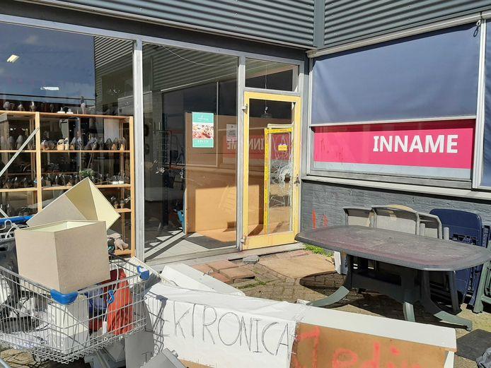 Inbrekers vernielden een deur bij kringloopwinkel Wawollie in Utrecht om binnen te komen.
