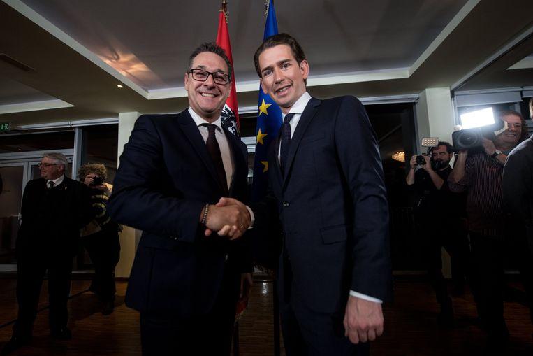 Heinz-Christian Strache (links) van de FPÖ en Sebastian Kurz van de ÖVP zaterdag, nadat een akkoord was bereikt over samenwerking. Beeld EPA
