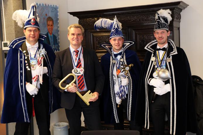De prinsen Martijn Wijlens (Windbuul'n Buurse), Joris Koppelman (Schipbekk'nkeerls) en Gerald ten Hagen (Hola) met burgemeester Rob Welten