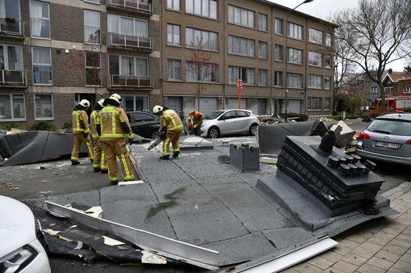 In de Armand Segerslei in Mortsel is bijna het volledige dak van een flatgebouw afgerukt.