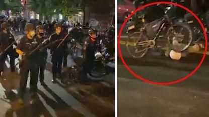 Politieagent Seattle rijdt met fiets over hoofd van betoger