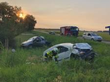 Twee auto's belanden in de sloot na een botsing in Werkendam