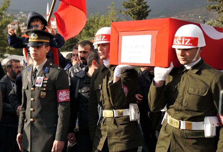 De begrafenis van Muhammed Ali Özer in het Turkse dorpje Gülderen, nabij de grens met Syrië.  Beeld Melvyn Ingleby