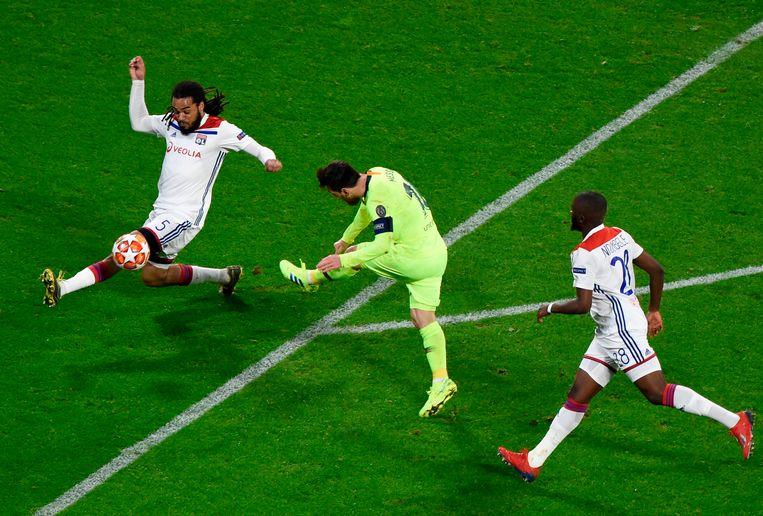 Denayer blokt een schot van Messi af.