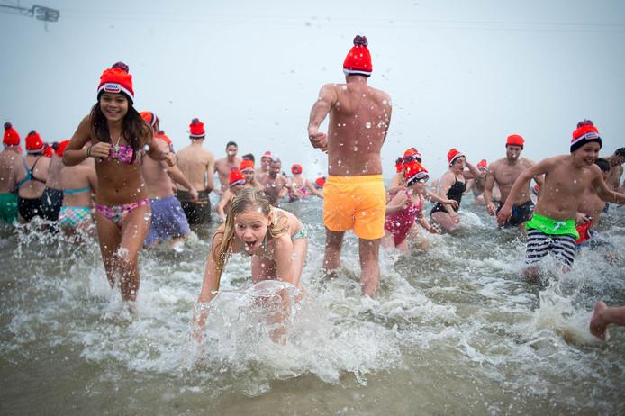 Deze deelnemers aan de Nieuwjaarsduik staan op 1 januari niet vooraan tenzij zij in historische badkledij aan de start verschijnen.