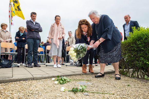 Julia Vivijs legt bloemen neer bij de herinneringssteen.