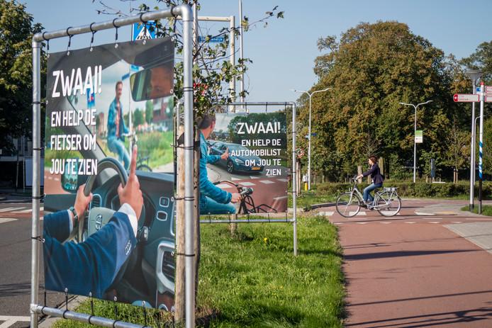 De zwaai-banners maakten het oversteken juist onoverzichtelijk op de Voorstadslaan.