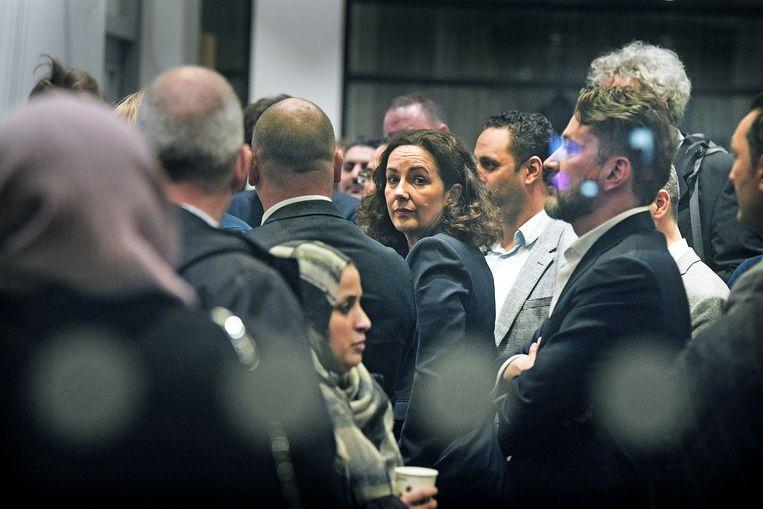 Burgemeester Femke Halsema staat tussen de ouders van het Cornelius Haga Lyceum voor een gesprek over de problemen.  Beeld Guus Dubbelman