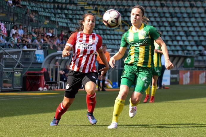 Naomi Pattiwael (l) maakte voor PSV de 2-2.