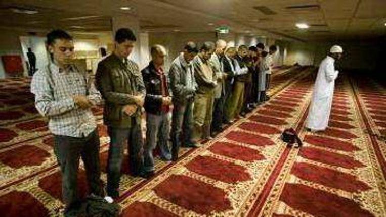Mannen in een moskee. Beeld