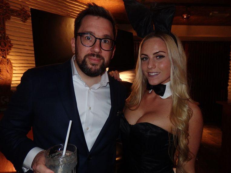Playboy-hoofdredacteur Maarten Bloem hoefde niet lang te onderhandelen met Lola. 'Als het binnen te perken blijft, is het zo gepiept, hoor.' Naast hem bunny Kelly Hamelijnck. Beeld Schuim