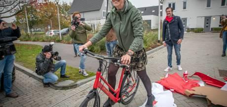 Tranen van vreugde: Tilburgse Lobke sluit rode droomfiets in de armen. 'Echt, echt supervet'