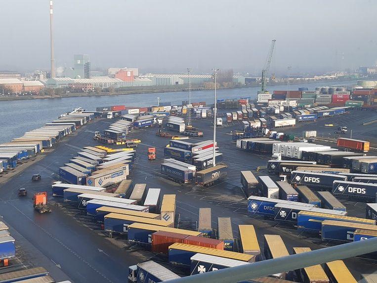 De terminal van DFDS in de haven van Gent, waar een drone wordt ingezet om trailers te scannen.