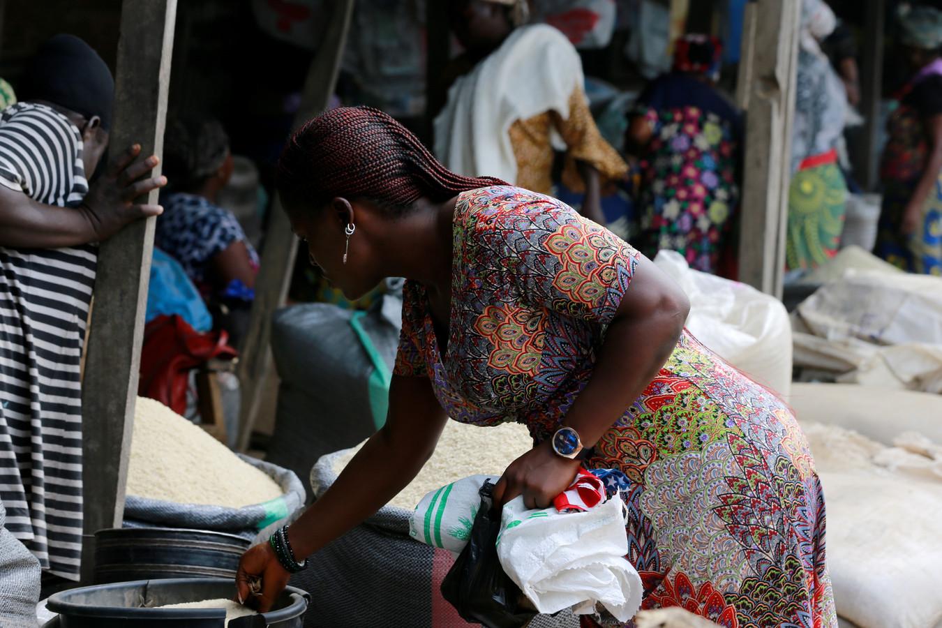 Een Nigeriaanse vrouw op een markt in Makurdi, Nigeria.