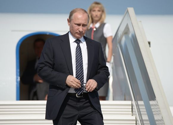 Vladimir Poetin stapt uit het presidentiële toestel na landing op de luchthaven van Sebastopol op de door Rusland geannexeerde Krim. Foto uit 2014.