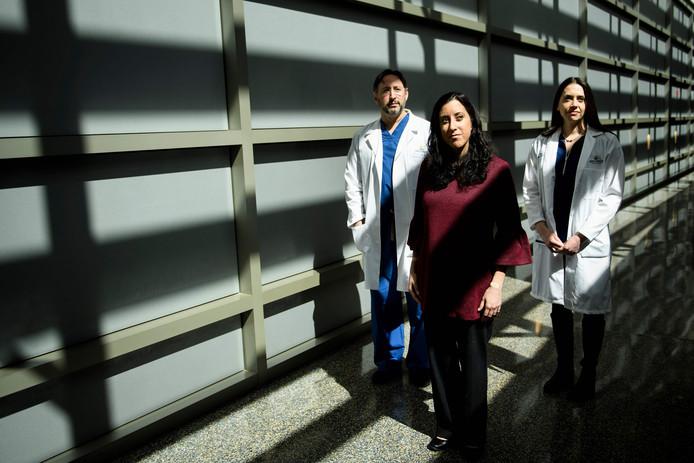 Dokter Dorry Segev (links), donor Nina Martinez en dokter Christine Durand (rechts).