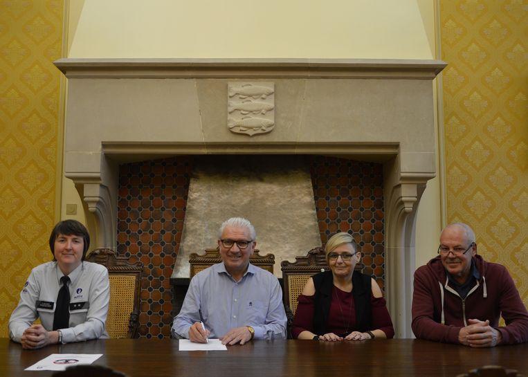 Inspecteur Natasja Van Wiele, burgemeester Stany De Rechter en de twee BIN-coördinatoren Kristien Strobbe en Christ Goossens mochten het charter ondertekenen.